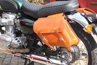 Kawasaki W800 motortassenset, cognac nerfleder, 2x13L, C4080